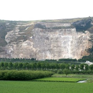 Exploitation and reclamation of a limestone deposit (2007)
